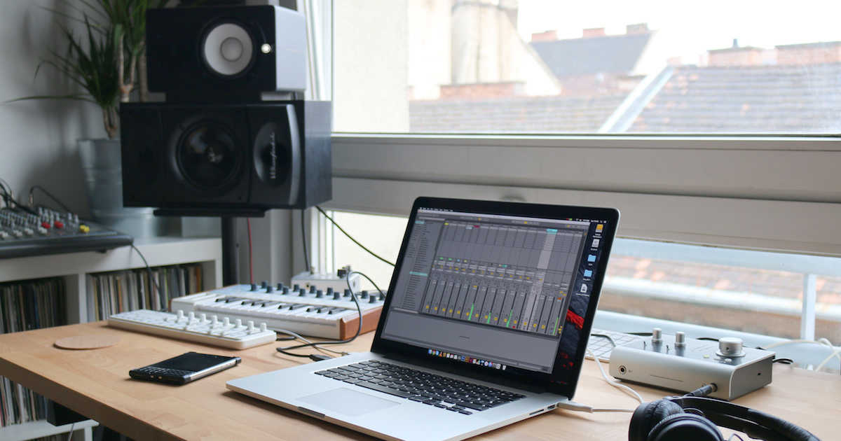 How To Find The Right Studio Desk For Your Room